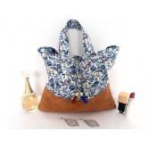 Trousse de toilette femme suédine camel, fleurs bleues